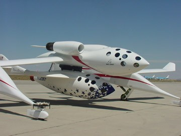 SpaceshipOne am Bauch des Transportflugzeugs White Knight